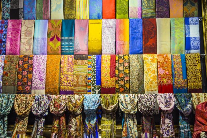 Reihen von bunten silk Schals lizenzfreie stockfotos
