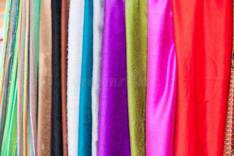 Reihen von den Geweben, die an einem Markt hängen, klemmen fest lizenzfreies stockbild