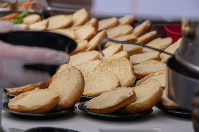 Reihen von geöffneten leeren Hamburgerbrötchen auf einer Tabelle ohne irgendeine Fleischfüllung lizenzfreie stockbilder