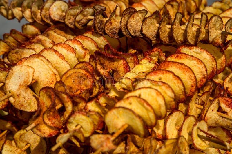 Reihen von geschnittenen getrockneten Äpfeln im Sonnennahaufnahmeschuß lizenzfreie stockfotos
