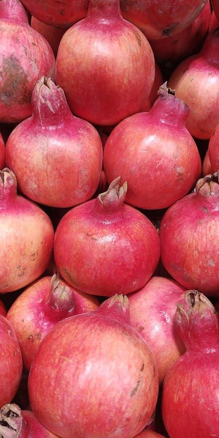 Reihen von Granatäpfeln im Supermarkt, Nahaufnahme stockfoto