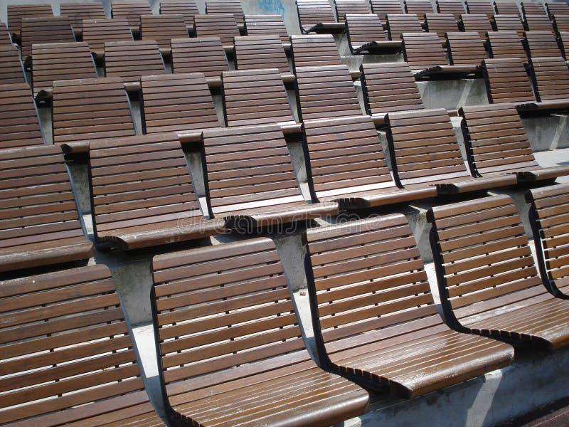 Reihen von Holzstühlen Arena in der im Freien lizenzfreie stockfotos