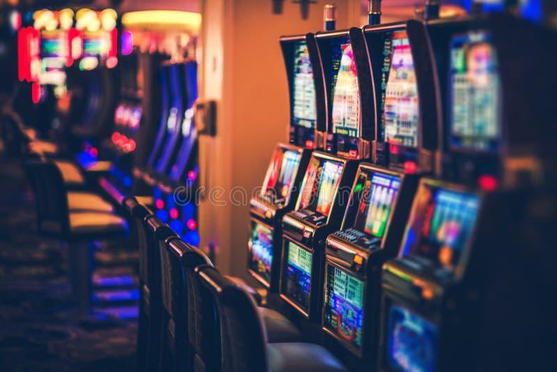 Reihen von Kasino-Spielautomaten stockbild