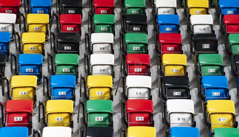 Reihen von leere bunte Plastiksitze lizenzfreie stockfotos