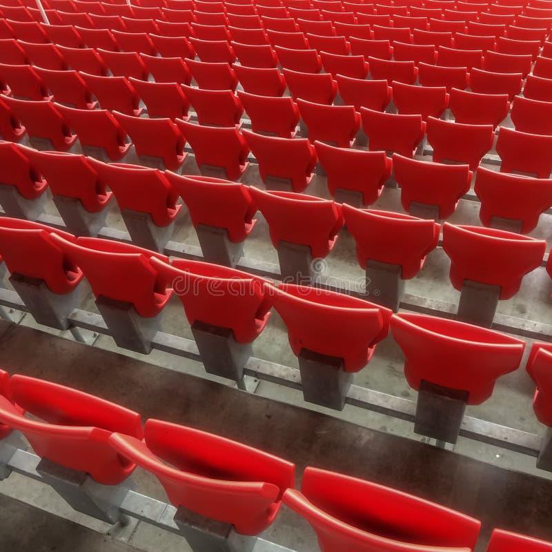 Reihen von leeren hellen Plastikstühlen, Sitze der Tribüne auf Stadion, diagonaler Hintergrund lizenzfreie stockfotos