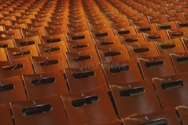 Reihen von leeren orange Sitzen im Stadion Plätze für die Zuschauer stockfoto