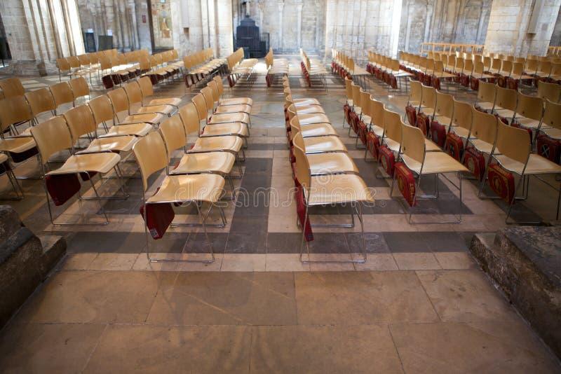 Reihen von leeren Stühlen innerhalb Ely Cathedrals stockfotografie