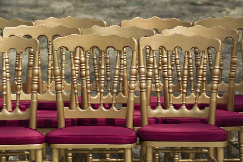Reihen von leeren Stühlen ohne Publikum Retrostilstühle stockfotos
