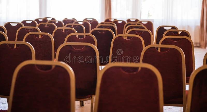 Reihen von neuen Stühlen im Konferenzsaal stockfoto