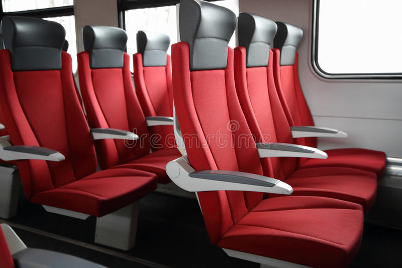 Reihen von roten Sitzen im Zug lizenzfreie stockbilder