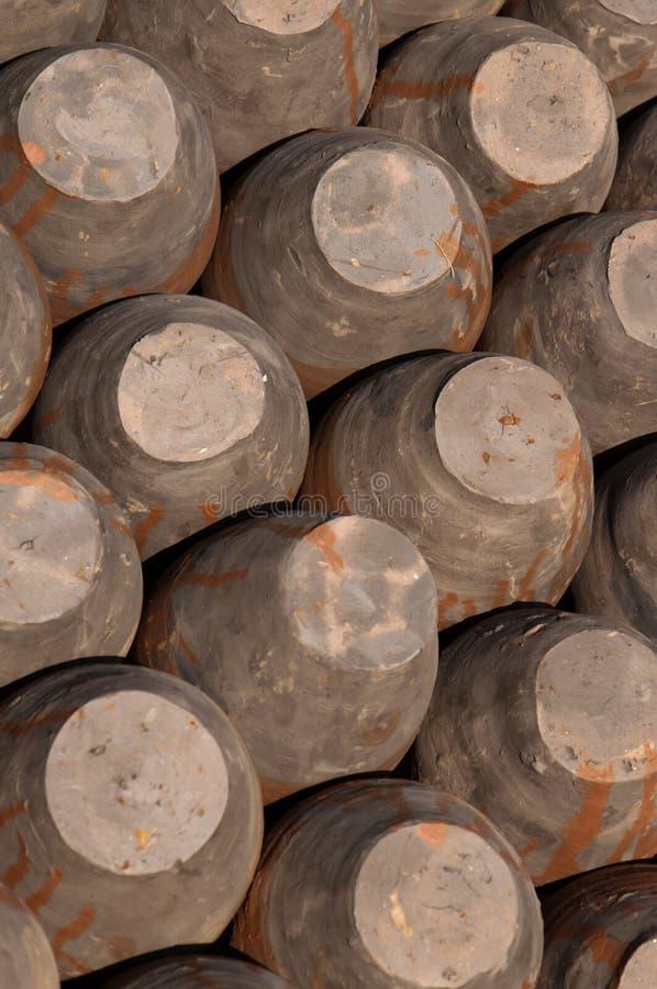 Reihen von Töpfen, Unterseiten oben, keramische Tonwaren im Töpfer-Quadrat, Bhak lizenzfreies stockbild