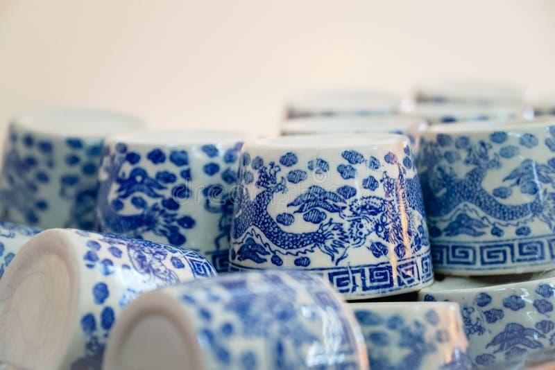 Reihen von traditioneller Chinese-keramischen Tee-Schalen stockfotografie