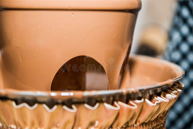 Reihenbrunnenabschluß des Schokoladenfondues drei oben lizenzfreies stockfoto
