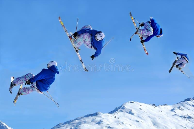 Reihenfolgen-Skifahrerspringen stockfotos