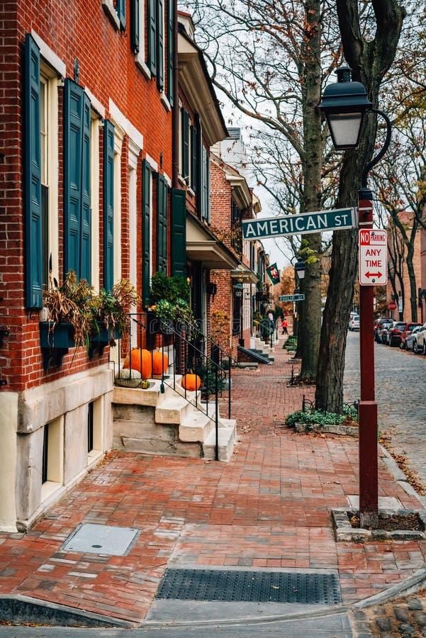 Reihenhäuser auf Delancey-Straße und amerikanischem Straßenschild im Gesellschafts-Hügel, Philadelphia, Pennsylvania stockfoto