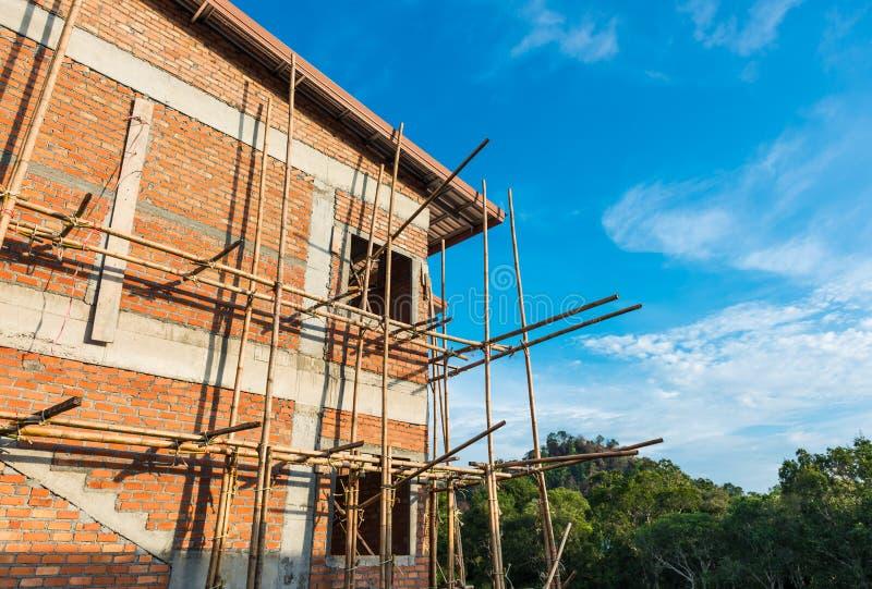 Reihenhaus u. Baustelle laufend zum neuen Haus stockfotografie