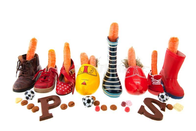 Reihenschuhe mit Karotten für Holländer Sinterklaas lizenzfreies stockbild