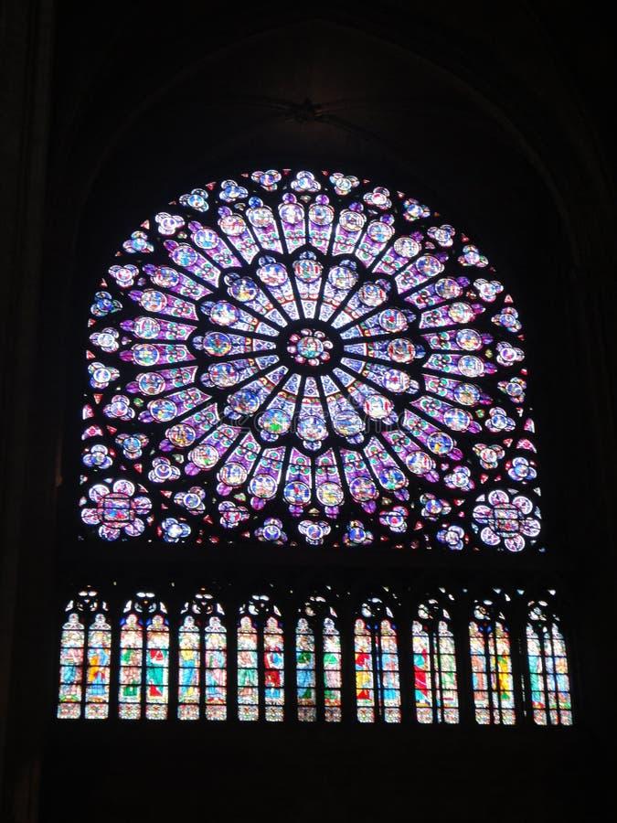Reims, France - août 2011 : fenêtre en verre teinté de la cathédrale de Notre Dame où les rois de la France ont été couron image libre de droits