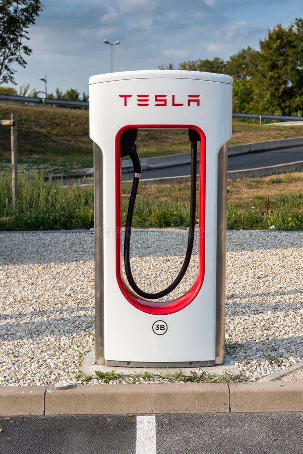 Reims, Frankrijk - Augustus 27, 2018: Tesla Super het Laden post onhighway rust einde De posten van de Teslacompressor staan Tesl stock fotografie