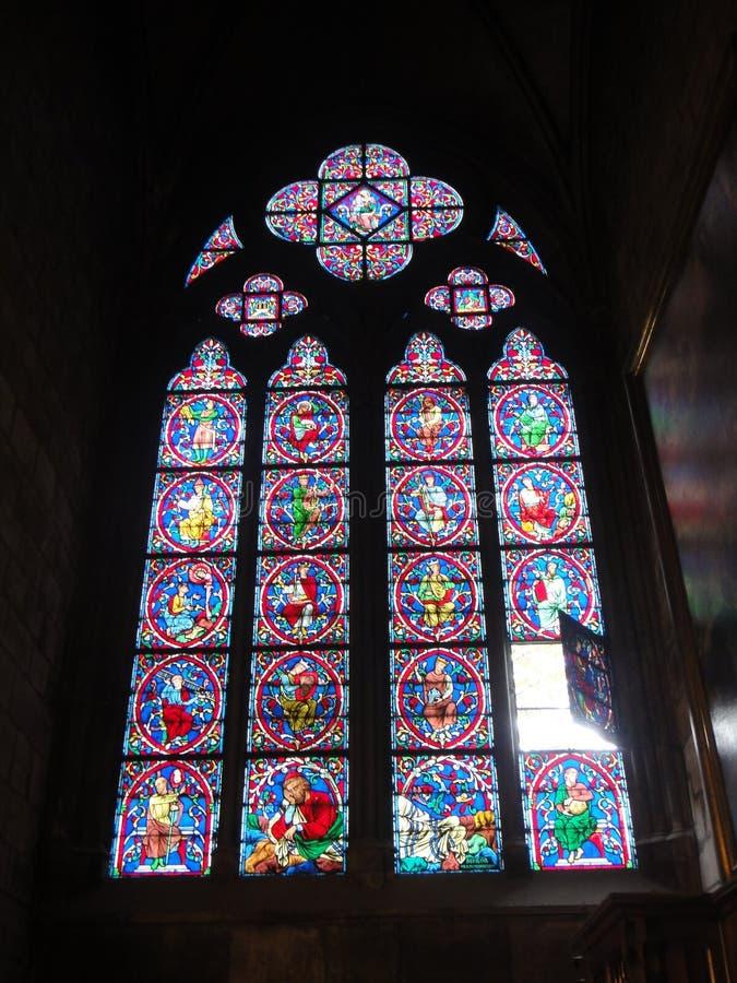 Reims Frankrike - august 2011: målat glassfönster av den Notre Dame domkyrkan var konungarna av Frankrike krönades royaltyfri foto