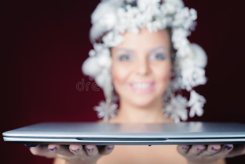 Reina del invierno en la noche de la Navidad que da el presente del ordenador portátil imagen de archivo libre de regalías
