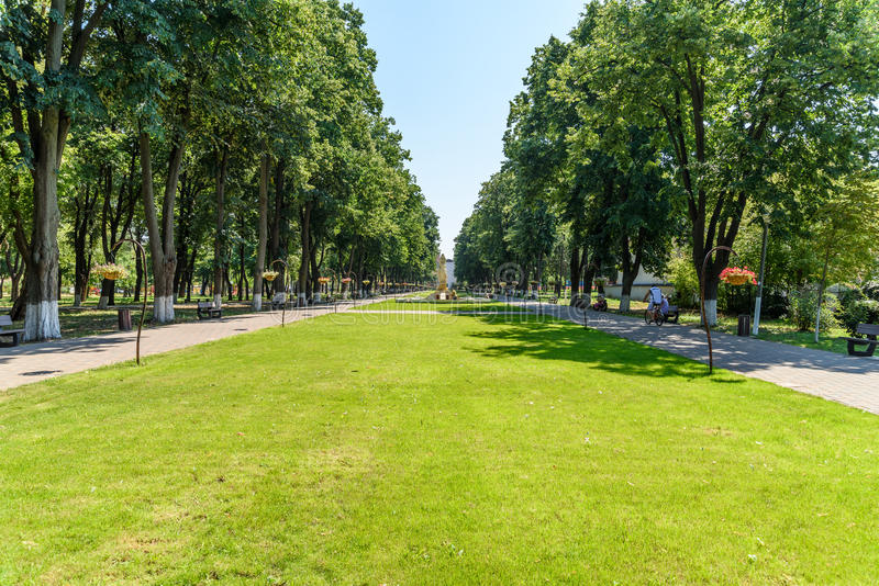 Reina Elizabeth Park Is One Of los parques públicos más grandes de ciudad de Tecuci imagenes de archivo