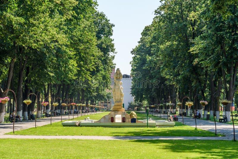 Reina Elizabeth Park Is One Of los parques públicos más grandes de ciudad de Tecuci foto de archivo