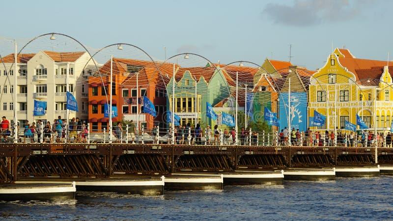 Reina Emma Pontoon Bridge en Willemstad, Curaçao imagen de archivo libre de regalías
