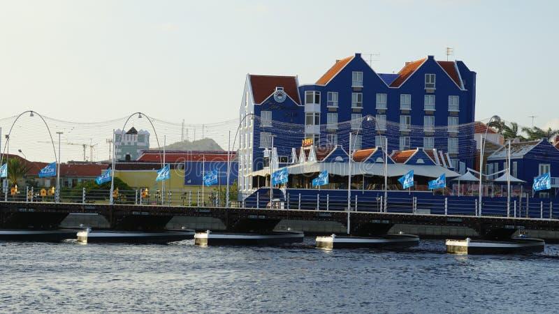 Reina Emma Pontoon Bridge en Willemstad, Curaçao fotografía de archivo libre de regalías