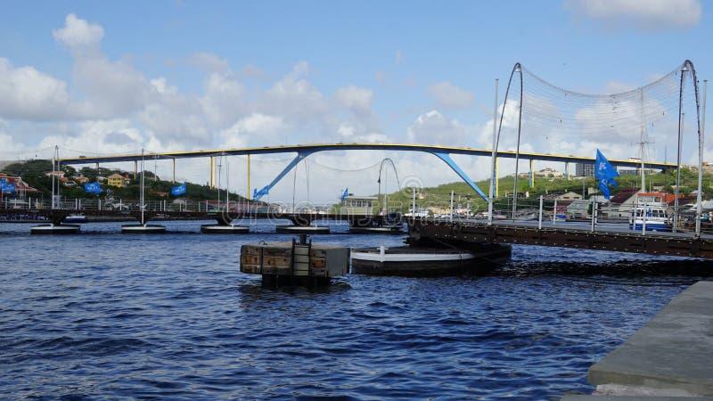 Reina Emma Pontoon Bridge en Willemstad, Curaçao fotos de archivo