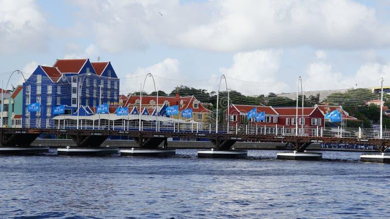 Reina Emma Pontoon Bridge en Willemstad, Curaçao imagenes de archivo