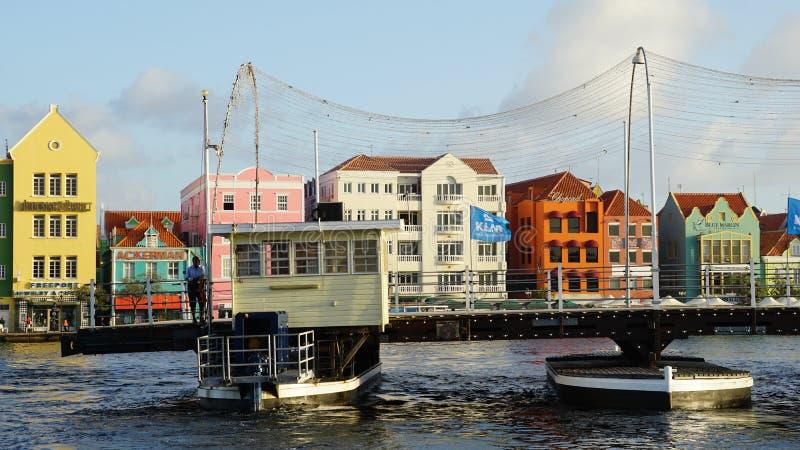 Download Reina Emma Pontoon Bridge En Willemstad, Curaçao Fotografía editorial - Imagen de colorido, puerto: 64209242