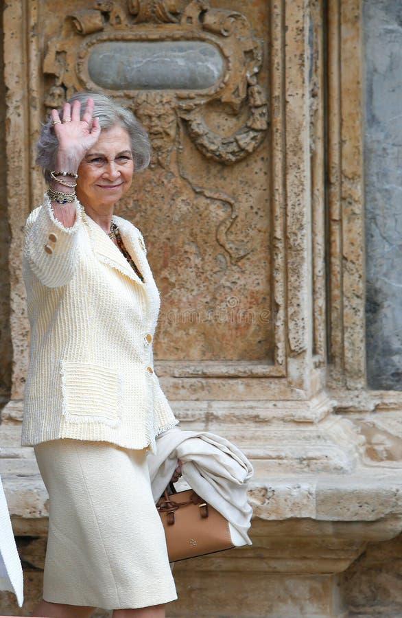 Reina Sofía de la madre de España que sale de la catedral del palma fotografía de archivo