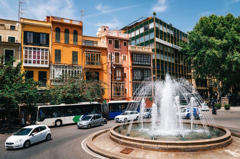 Reina Square, Placa De La Reina com casas e a fonte coloridas, Mallorca, Espanha imagem de stock royalty free