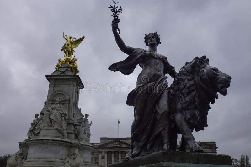 Reina Victoria Memorial delante del Buckingham Palace imagenes de archivo