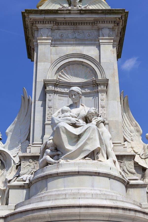 Reina Victoria Memorial delante del Buckingham Palace, figura en el pedestal, Londres, Reino Unido foto de archivo