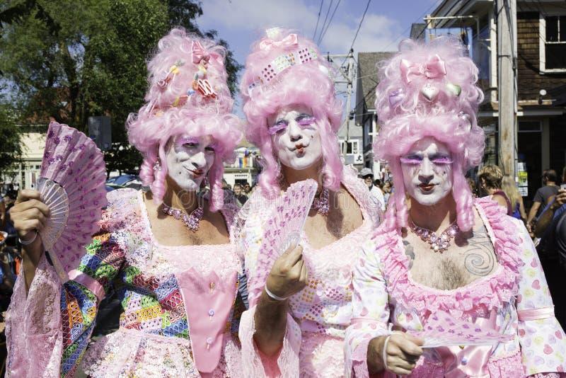 Reinas de fricción en pelucas rosadas que caminan en el 37.o desfile de carnaval anual de Provincetown en Provincetown, Massachus foto de archivo