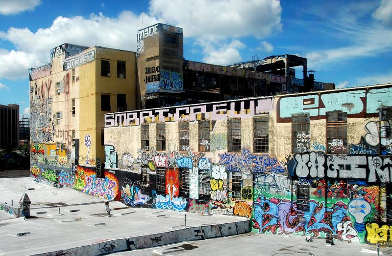 Reinas, NY: Fábrica cubierta en pintada foto de archivo