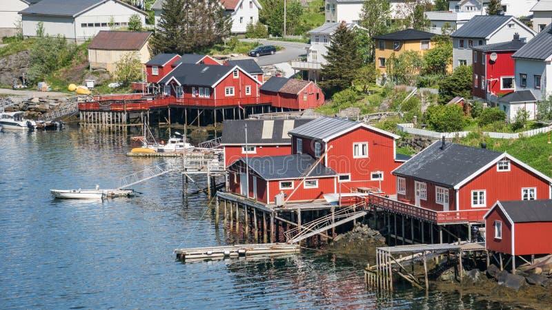 Reine, Норвегия - 2-ое июня 2016: Пейзаж от Reine, известный рыбацкий поселок в Норвегии стоковая фотография rf