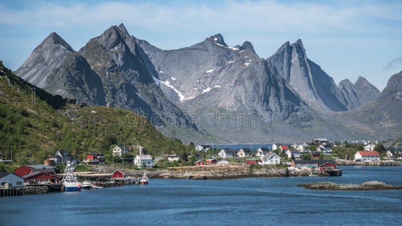 Reine, Норвегия - 1-ое июня 2016: Пейзаж от Reine, известный рыбацкий поселок в Норвегии стоковое изображение