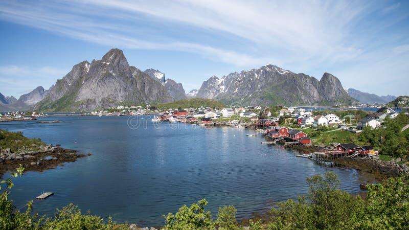Reine, Норвегия - 1-ое июня 2016: Пейзаж от Reine, известный рыбацкий поселок в Норвегии стоковое фото