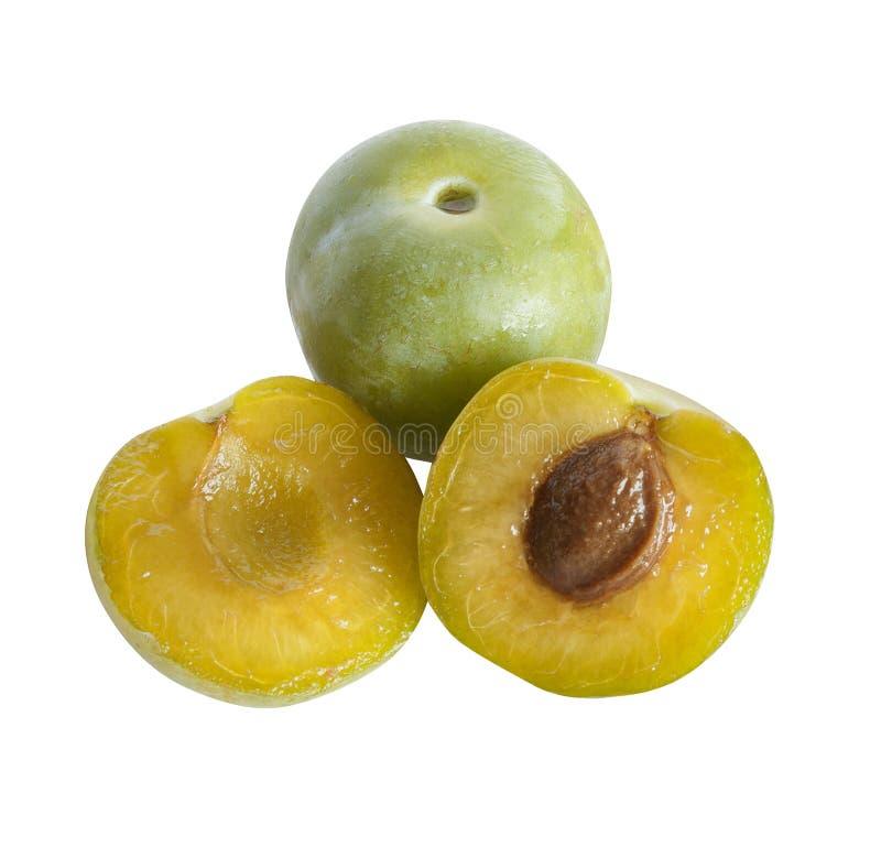 Reine claude prunes, deux demi et un tout, isolé photos libres de droits