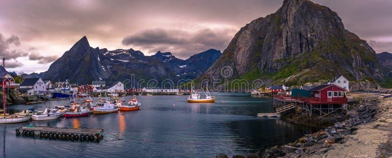 Reine - 14 czerwca 2018: Mały port rybacki w pięknej wiosce Reine na Wyspach Lofoten, Norwegia obraz royalty free