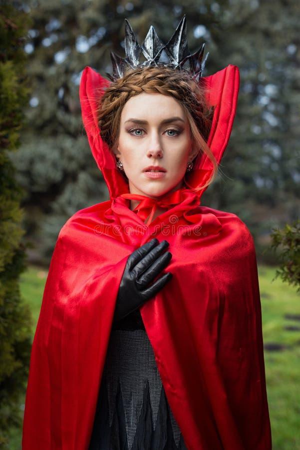 Reine dans le manteau rouge image stock