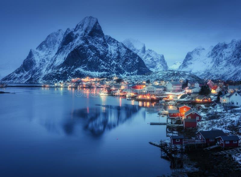 Reine dentro na noite, ilhas de Lofoten, Noruega Inverno foto de stock