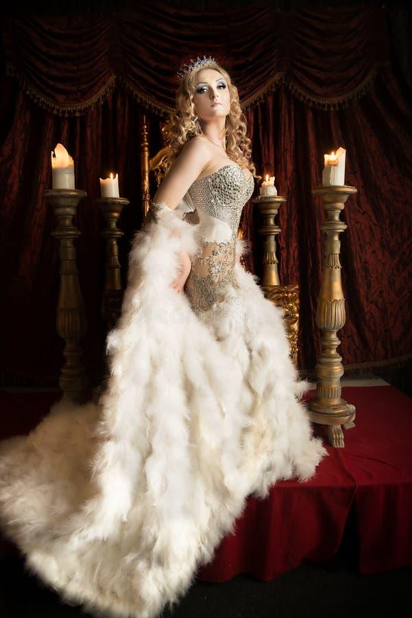 Reine hautaine et fière sur le trône Personne royale photographie stock