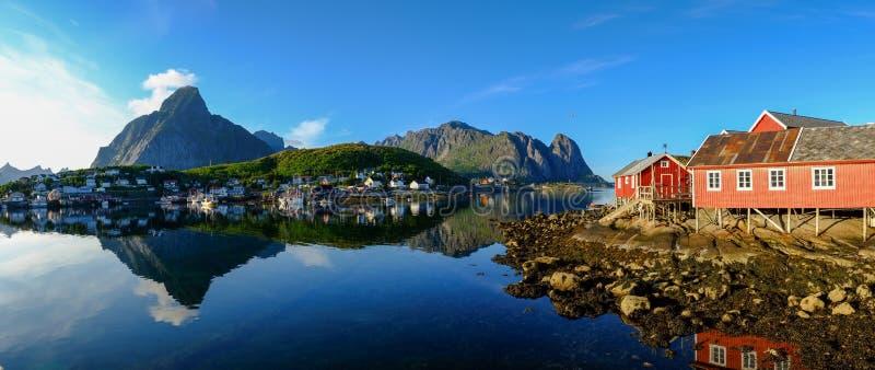 Reine by i Norge royaltyfri bild