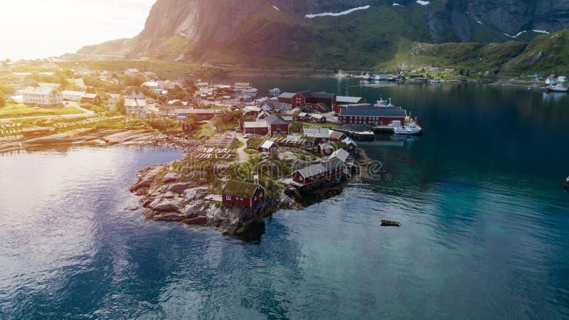 Reine in Lofoten-Eilanden, Noorwegen, met traditionele rode rorbuhutten royalty-vrije stock afbeeldingen
