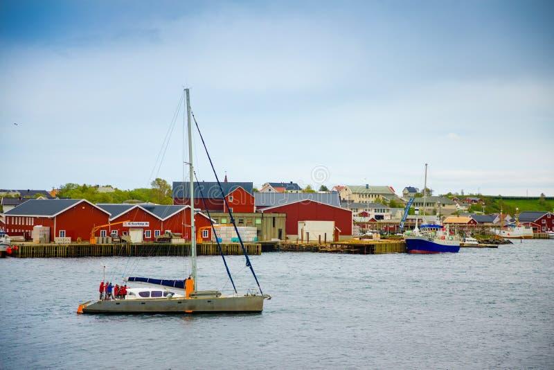 Reine, Noorwegen - 21 06 2018: Jacht in Reine-visserijdorp op Lofoten-eilanden, Noorwegen stock foto
