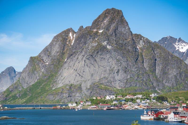 Reine, Noruega - 2 de junho de 2016: Cenário de Reine, uma aldeia piscatória famosa em Noruega imagens de stock